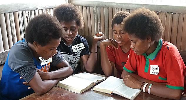 Lukevia nuoria Papua-Uudessa-Guineassa.
